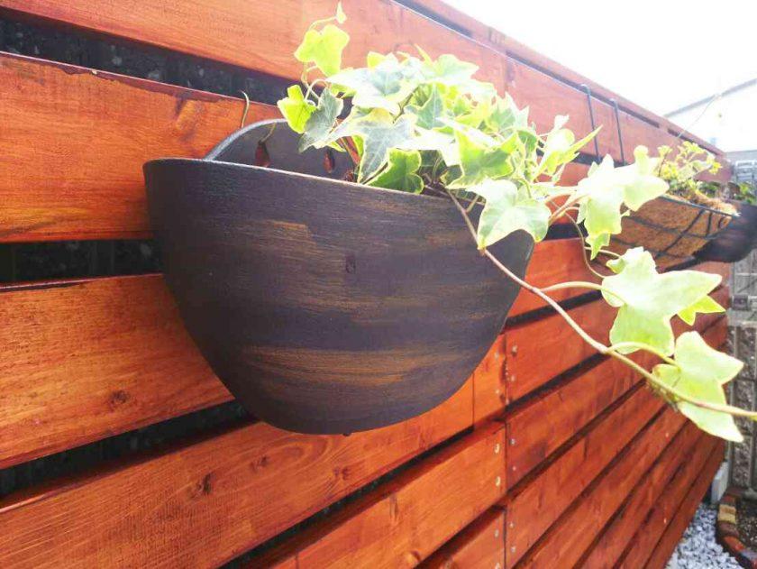 お庭をDIY③プラ鉢をリメイクして、ガーデンフェンスにハンギンググリーンを。〈坂本家〉
