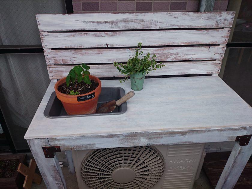 ベランダガーデニング「室外機の上を有効活用②作業台に板壁を追加!」<小松家>