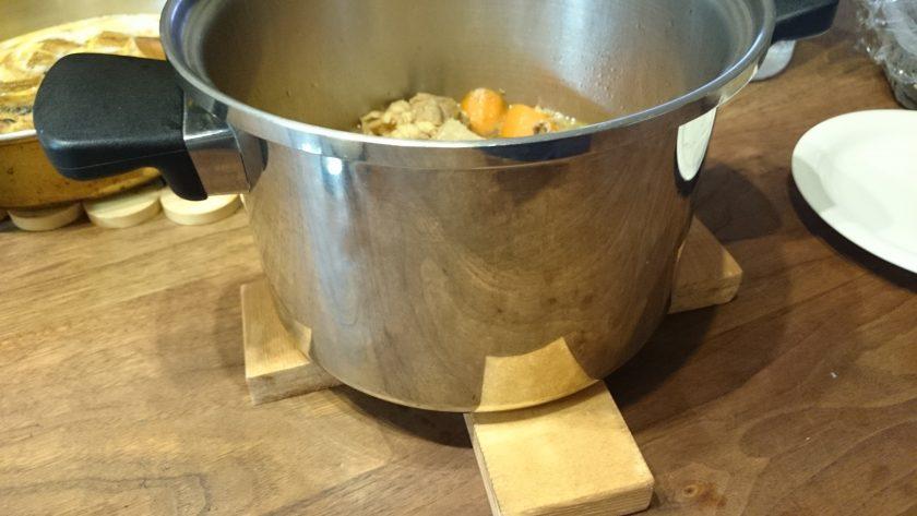 端材でクロス型鍋敷きを作りました<小松家>