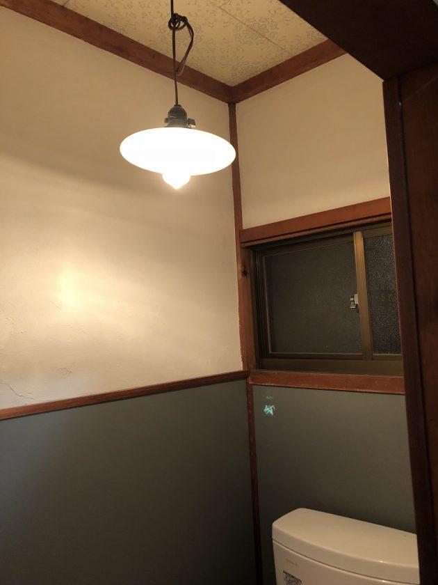 古い戸建て住宅のトイレをリフォーム&DIY④「電球ソケットをペンダントライトに交換」<小松家>