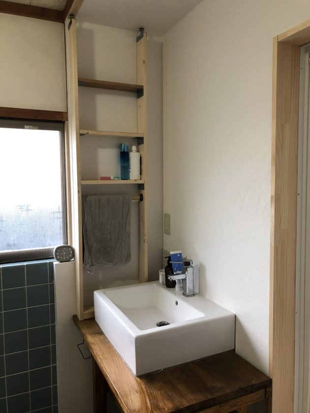 古い戸建て住宅の洗面所と浴室をリフォーム&DIY②「洗面台の横に棚を作る」<小松家>